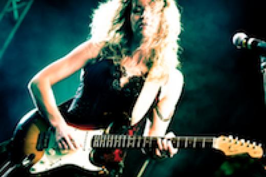 Ana Popovic holding guitar